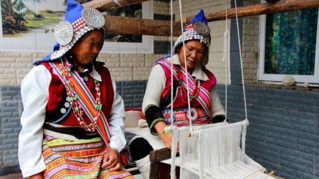记傈僳族传统服饰制作工艺传承人余明仙