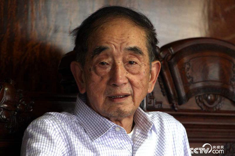 中国工艺美术大师、高级工艺美术师、当代知名雕塑艺术家邱双炯 王甲铸 摄