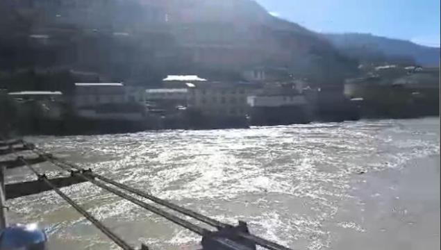 金沙江堰塞湖自泄水流最大洪峰已至迪庆境内