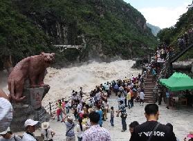游客云集虎跳峡