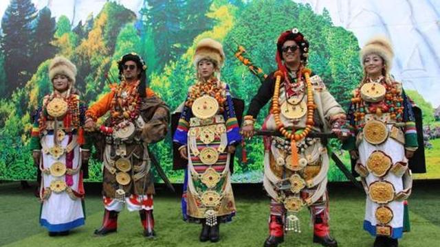 绚丽多彩的民族服饰大放异彩