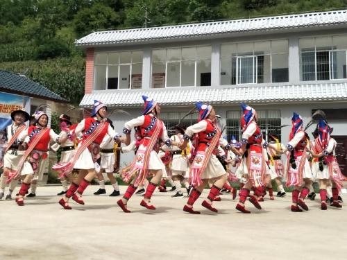 维西县老年艺术团向广大群众送去精彩的文艺节目