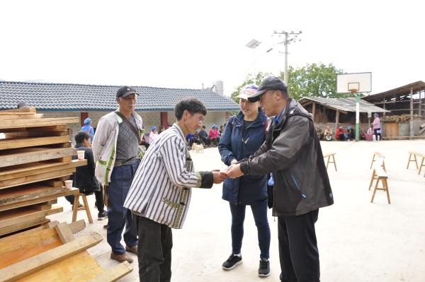 迪庆日报社相关负责人为腊马洛村民小组村民汉丽送去助学金