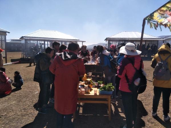 游客体验高原牧民生活