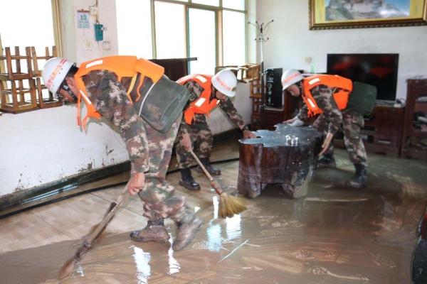 洪峰过境后进行清淤、清障和通电抢修
