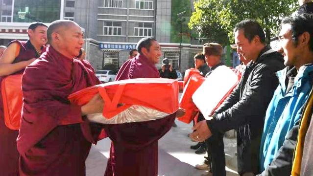 松赞林寺僧侣向受灾群众献爱心