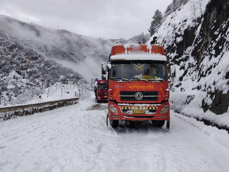 迪庆多处道路积雪结冰湿滑 出行须注意安全