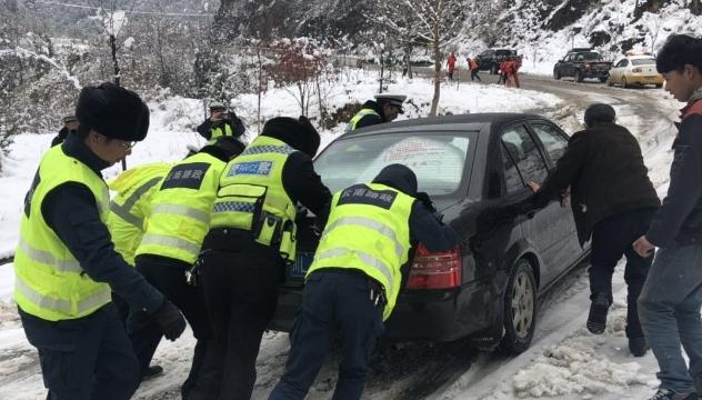 迪庆公路路政管理支队全面展开拉网式巡查和除雪工作