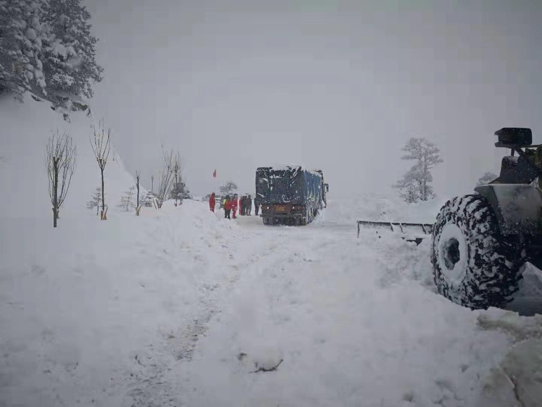 德钦交警全力做好雪天道路疏堵保通工作