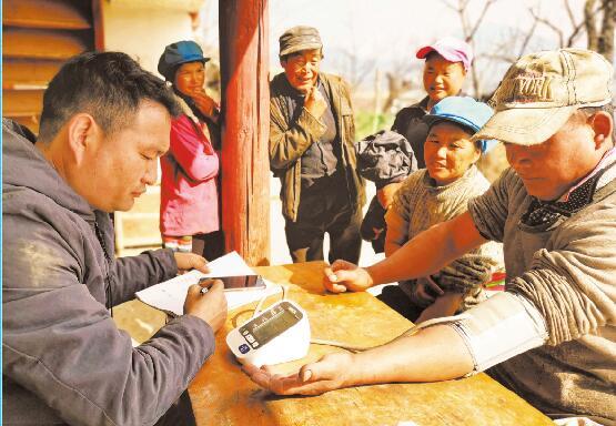 拉嘎洛村村医为村民免费测量血压