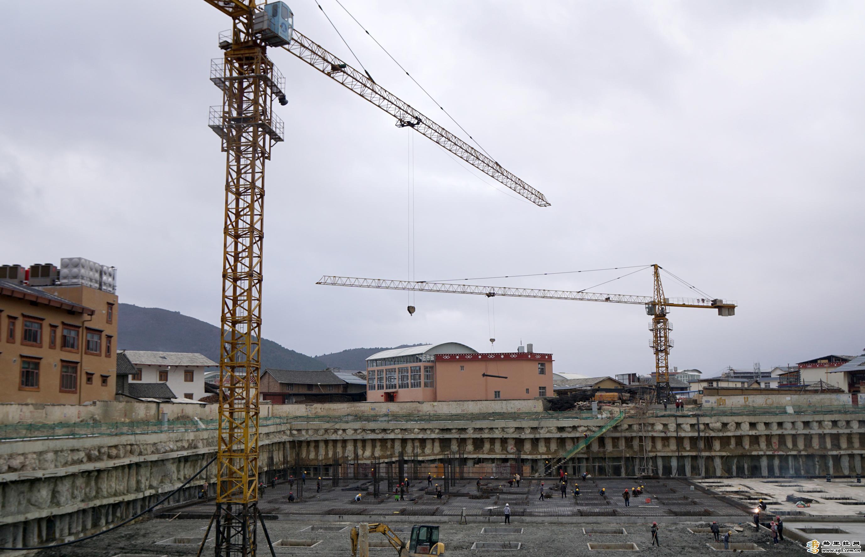 """独克宗古城""""月光印巷""""项目建设工地正在进行地下工程建设"""