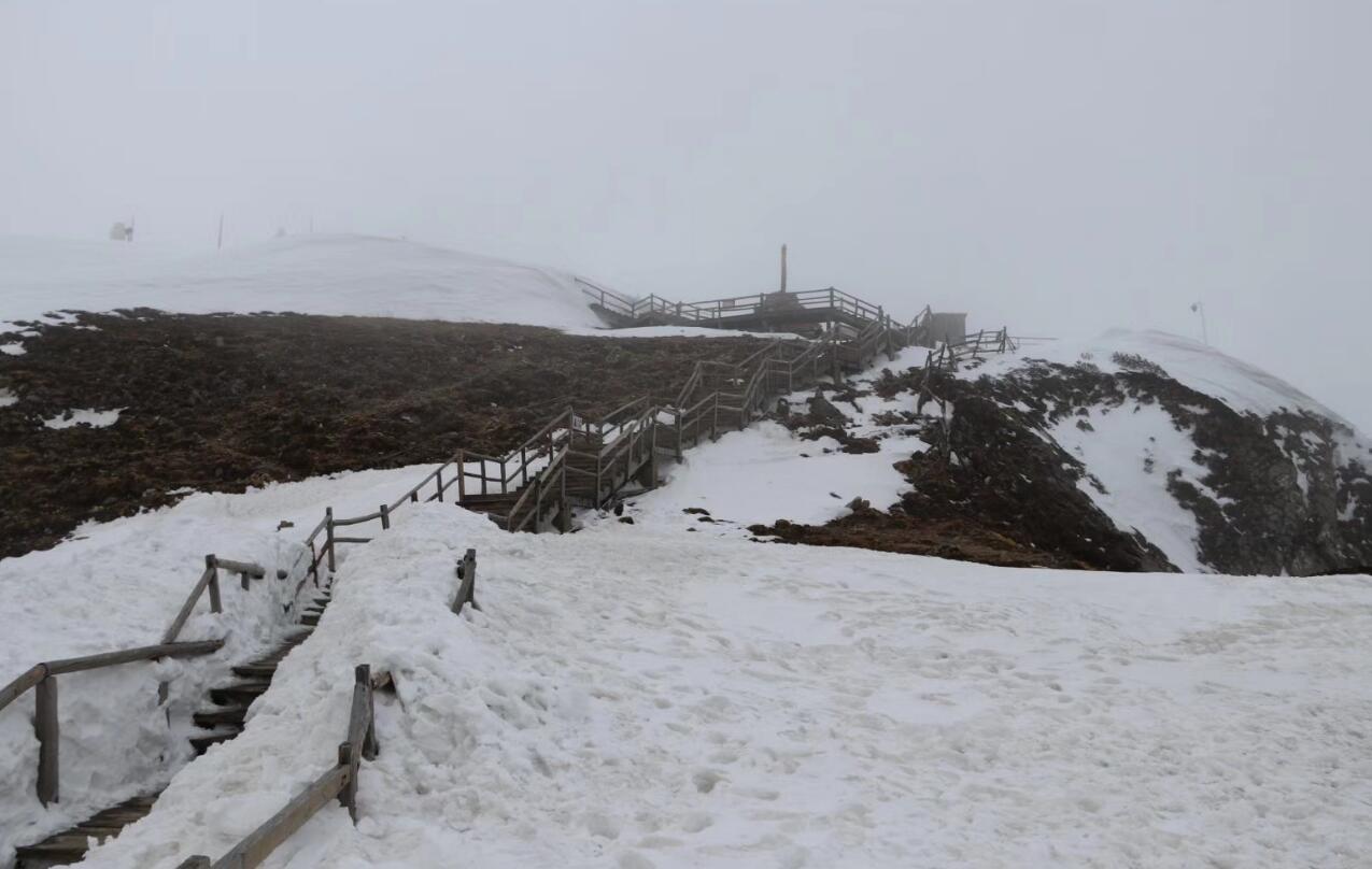 石卡雪山成为消暑好去处