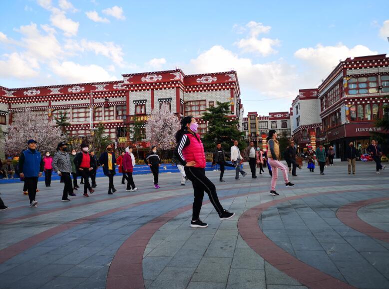 """第十套""""大家乐""""民族健身舞在香格里拉市推广"""