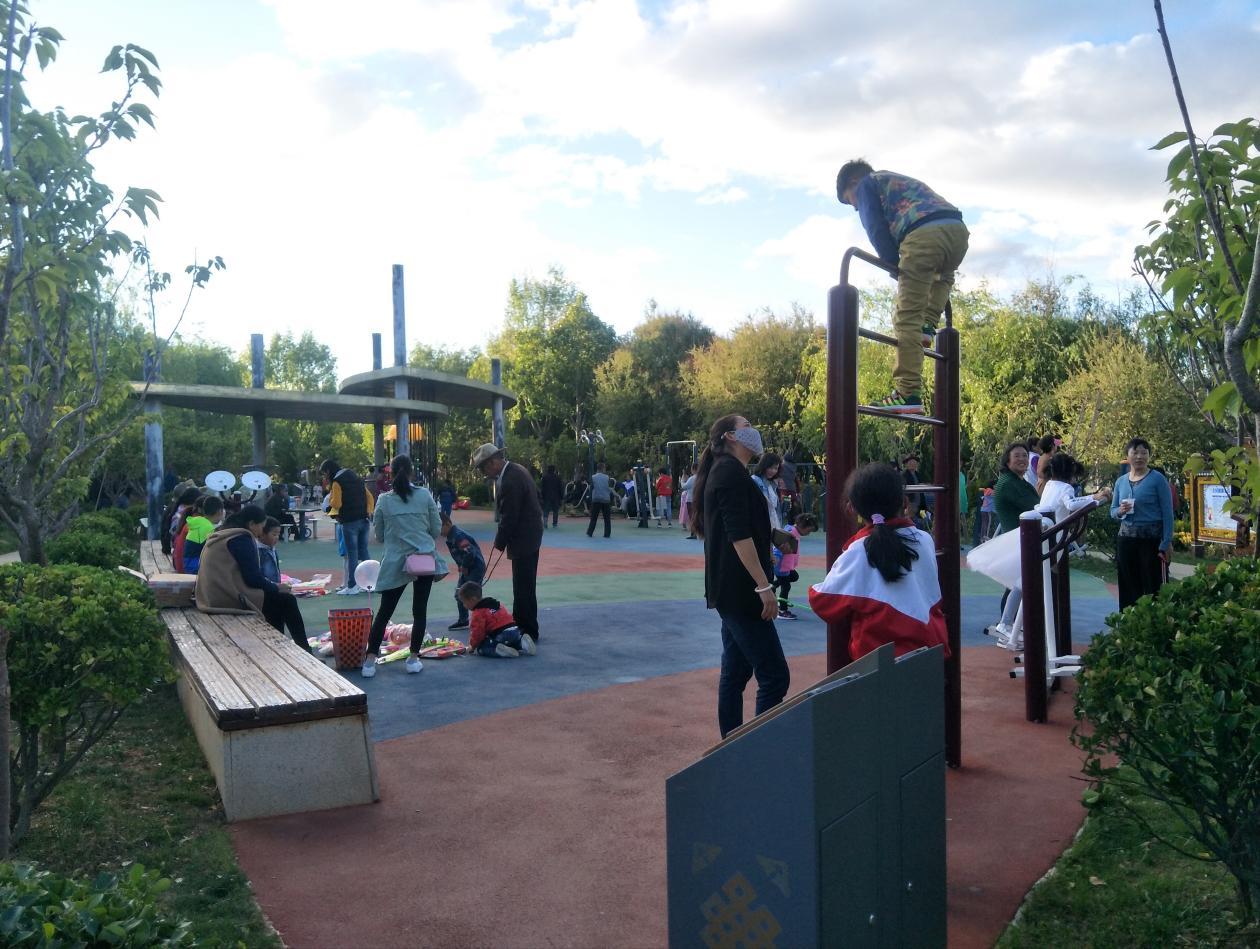 端午节期间,我州各族群众和国内外游客纷纷来到香格里拉欢度佳节