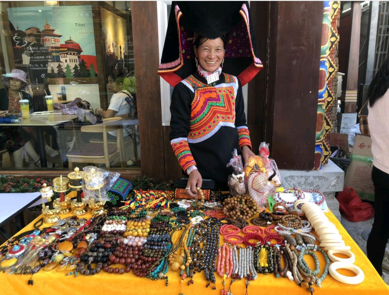 端午期间,独克宗花巷举办风物香格里拉集市活动