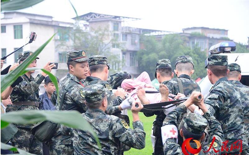 武警官兵第一时间赶赴震中 救出遇险群众