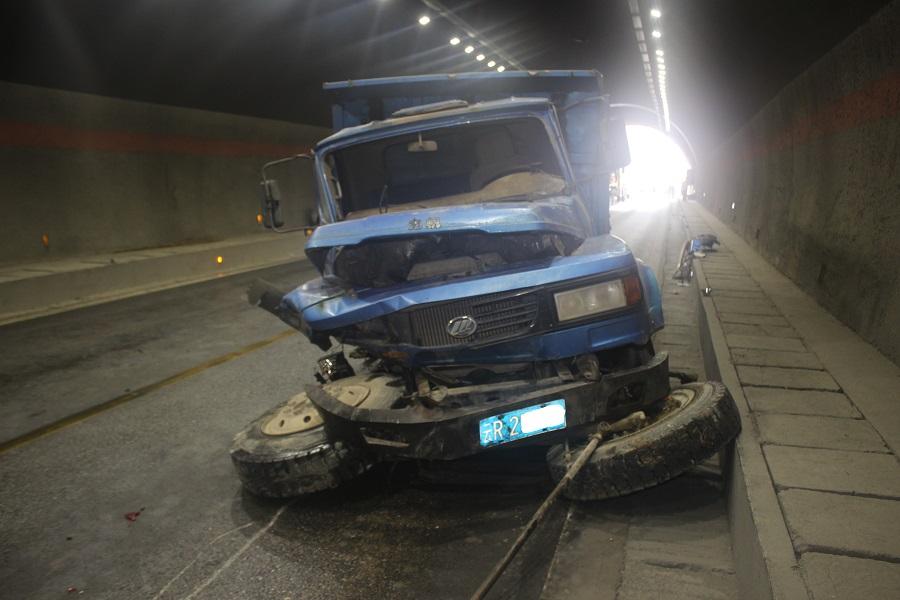 香德路生地隧道内发生一起交通事故