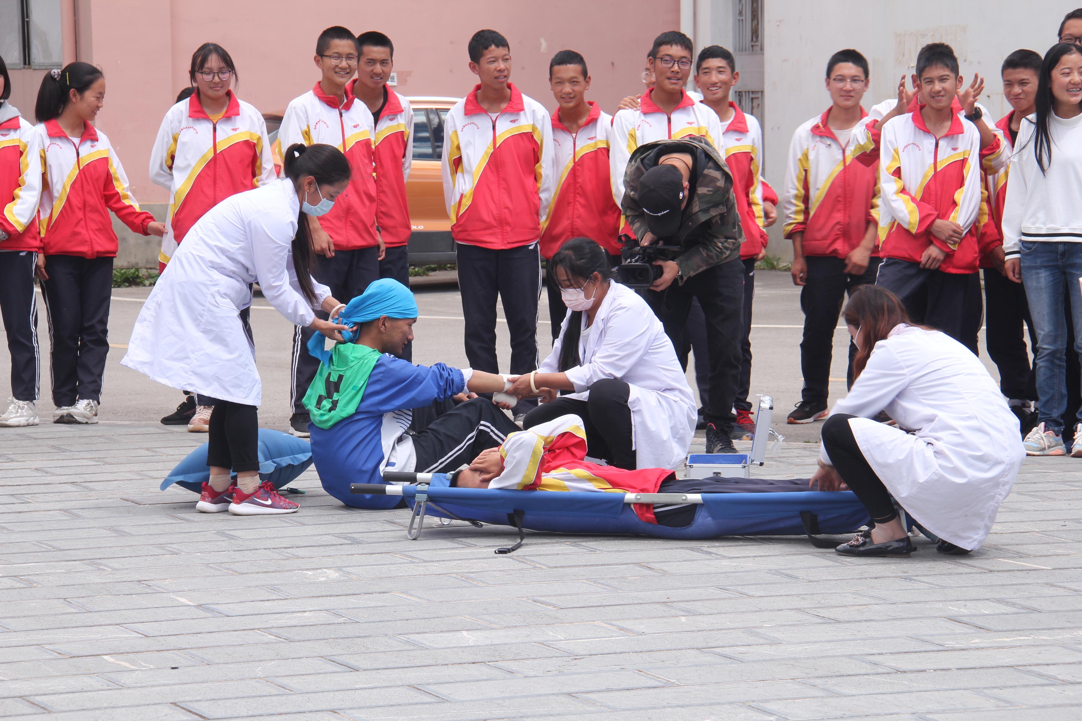 迪庆州民族中学开展地震应急演练