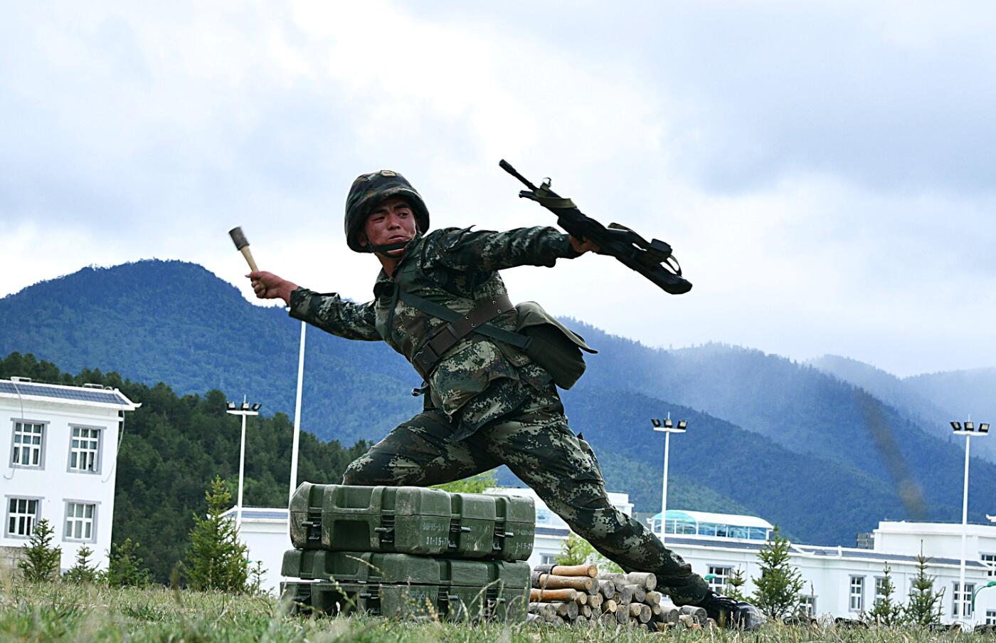 武警迪庆支队掀起夏季大练兵热潮