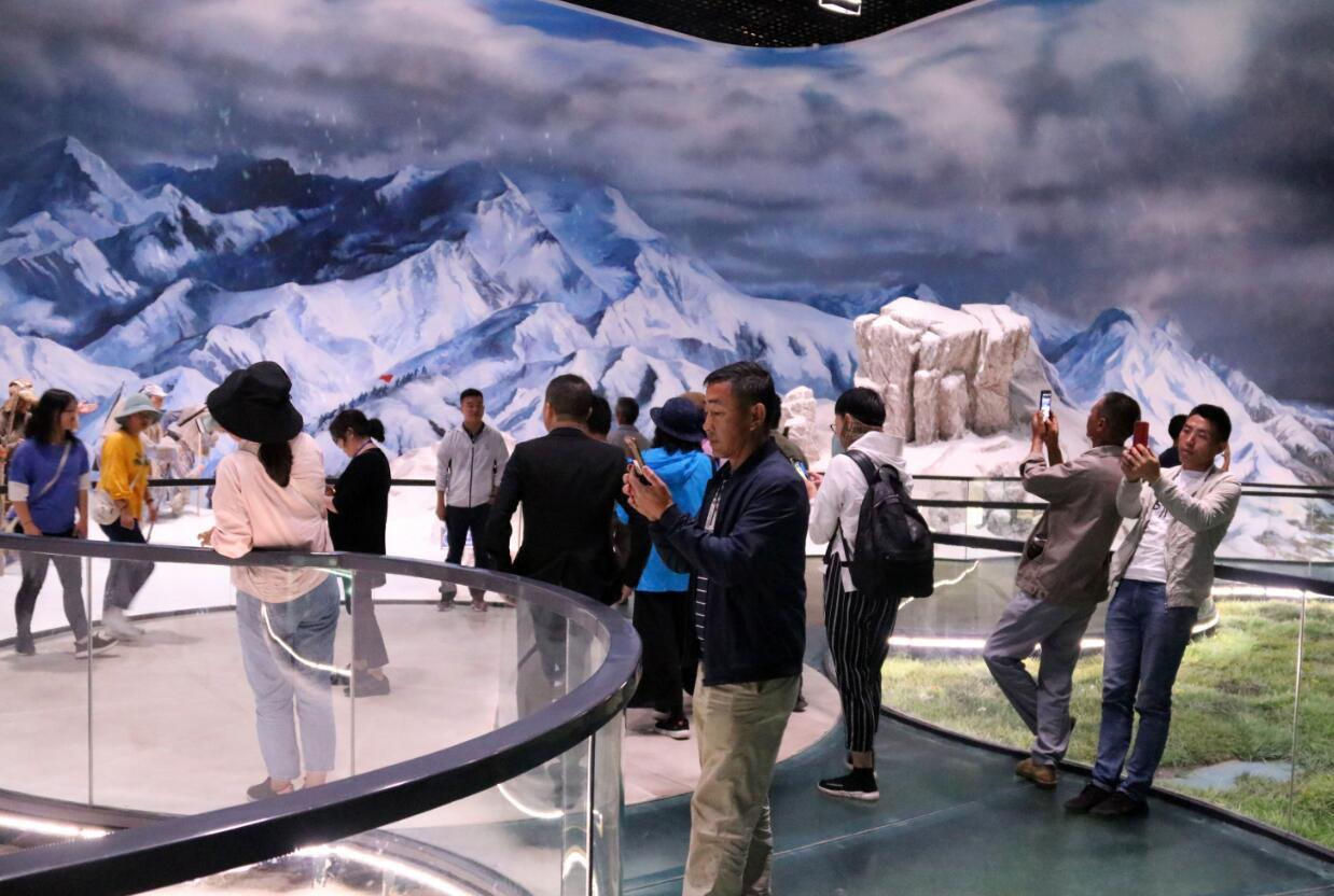游客在红军长征博物馆参观