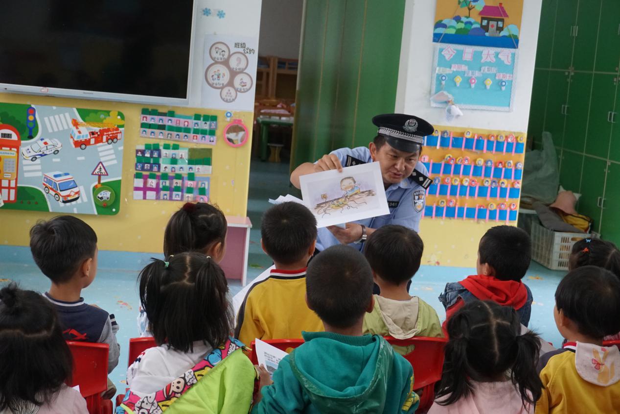 开发区民警为幼儿园师生上安全教育宣传课
