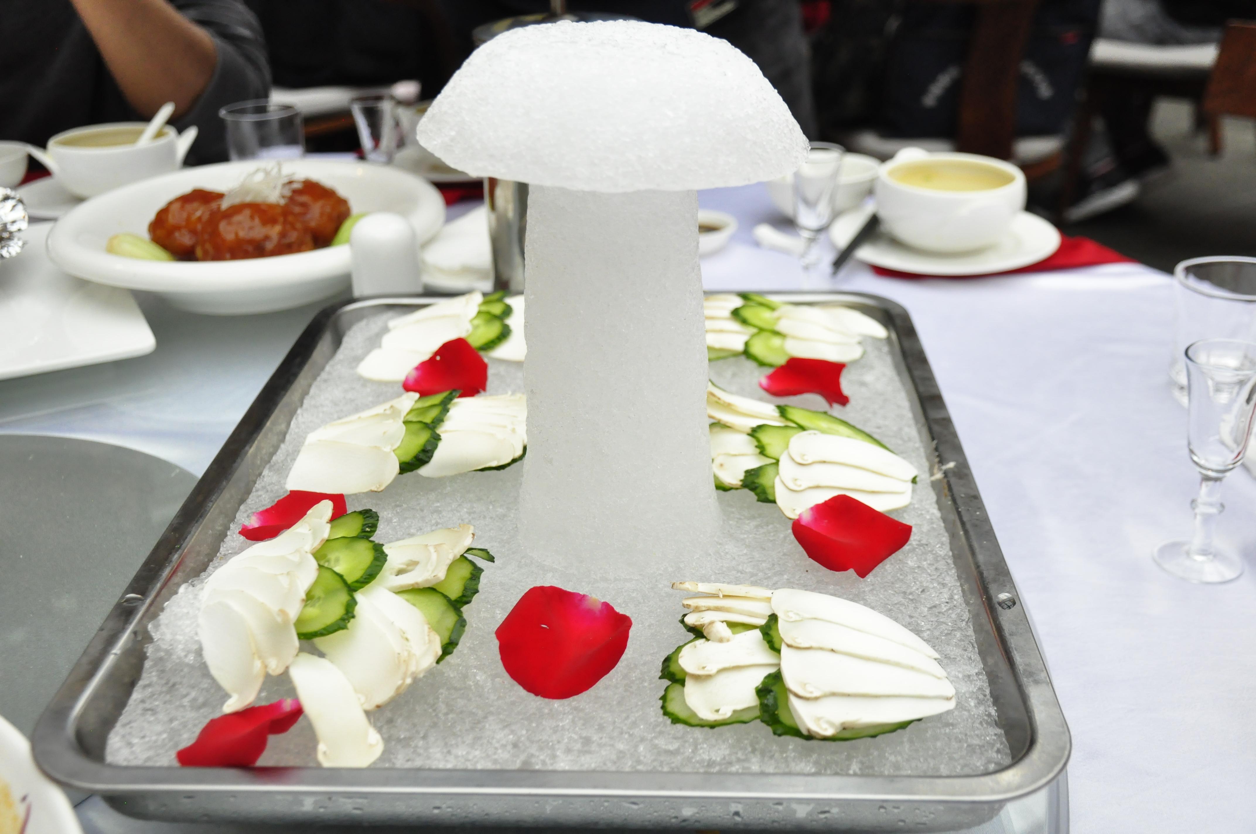 香格里拉松茸美食节在独克宗花巷启动