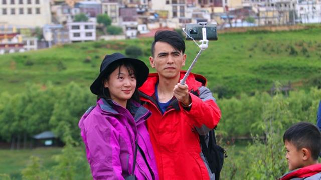 松赞林寺景区游客增多