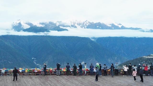 游客到飞来寺赏梅里雪山