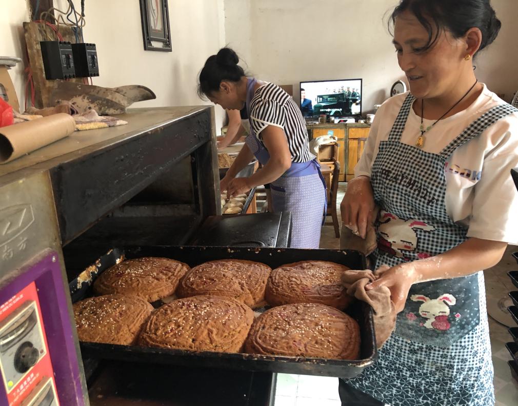 中秋临近维西市场月饼销售火热