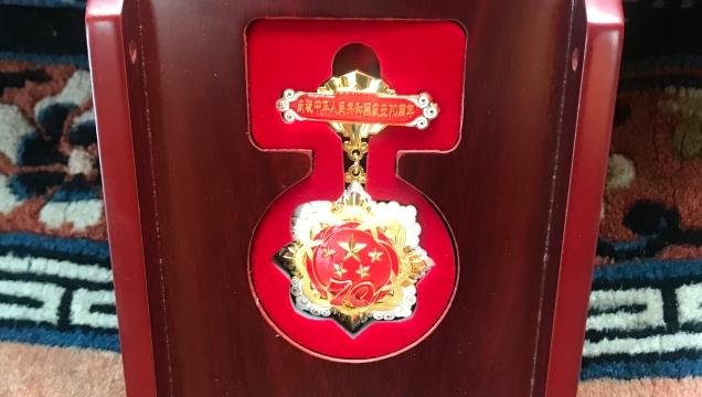 """迪庆州为75名老同志颁发""""庆祝中华人民共和国成立70周年""""纪念章"""