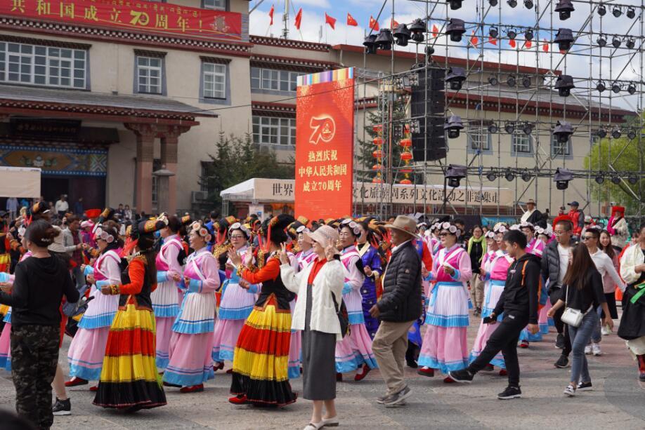 迪庆各族儿女欢歌热舞展风采  喜气洋洋庆国庆