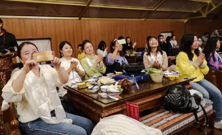 香格里拉藏民家访迎来国庆游客高峰