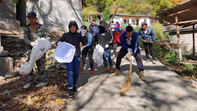 维西县农行党员志愿服务提升人居环境