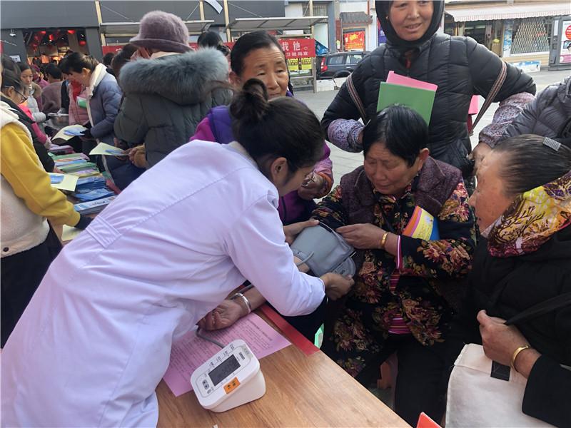 维西县组织开展基本公共卫生服务宣传活动