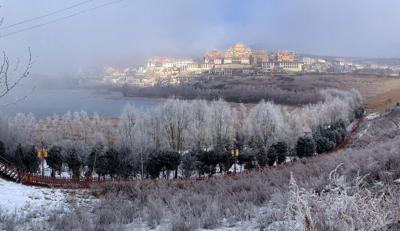 雪后的松赞林寺景区