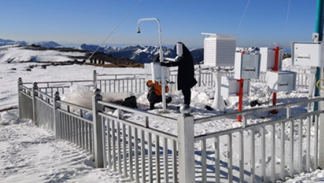 石卡雪山自动气象站建成