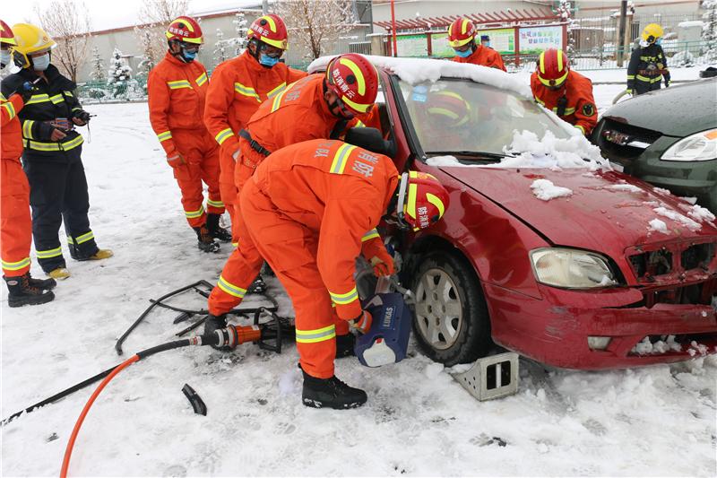 迪庆州消防救援支队开展冰雪天气应急救援演练