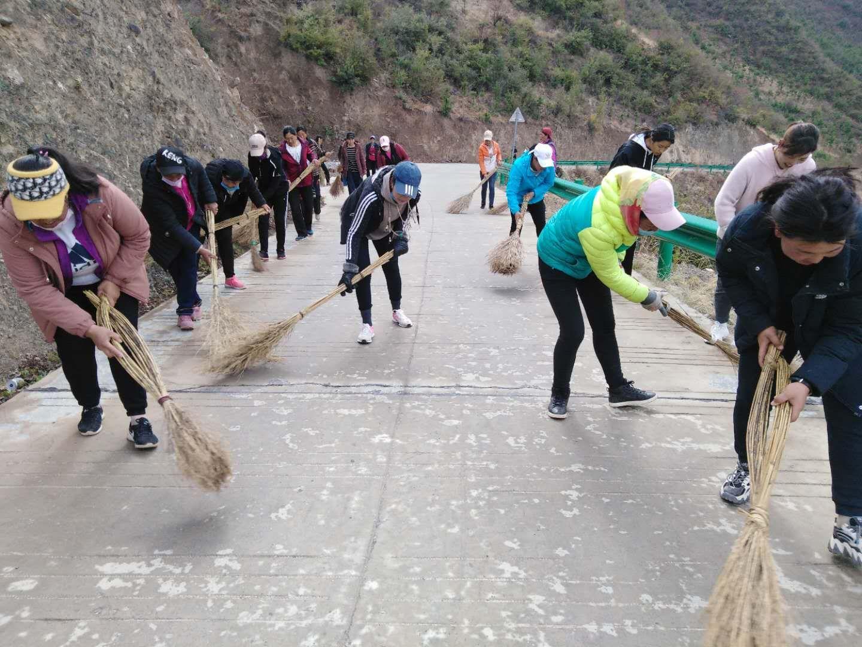 党员妇女义务扫路展风采