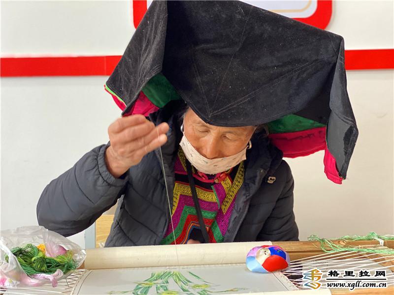 维西县组织易地扶贫搬迁安置点群众举办非遗扶贫工坊第一期刺绣培训