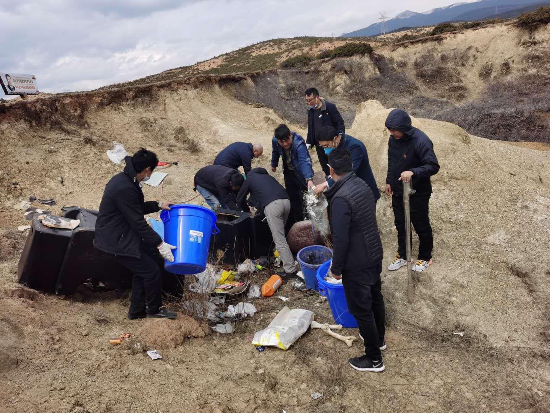 """州政府办公室第二党支部开展""""清理垃圾 保护水源""""主题党日活动"""