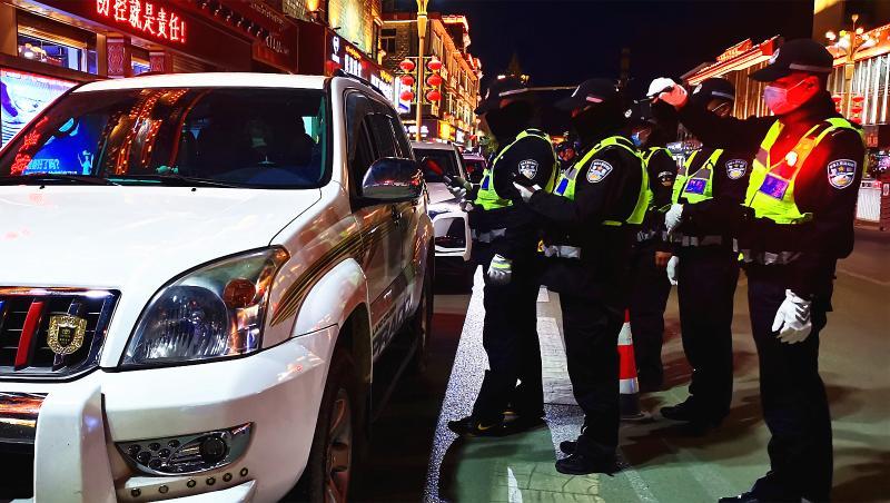 香格里拉城市交警大队严查各类交通违法行为