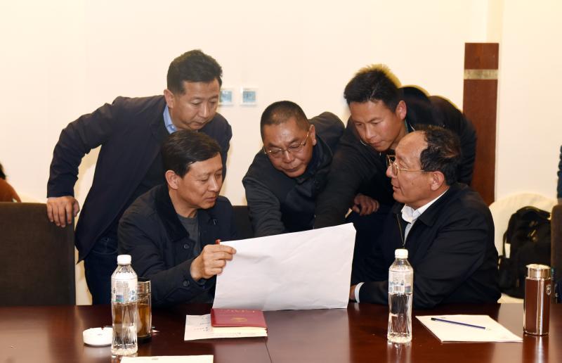 州委书记王以志、州长齐建新赶赴开发区森林火灾一线查看火情