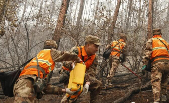 香格里拉经济开发区火场点烧作业面开展余火清理