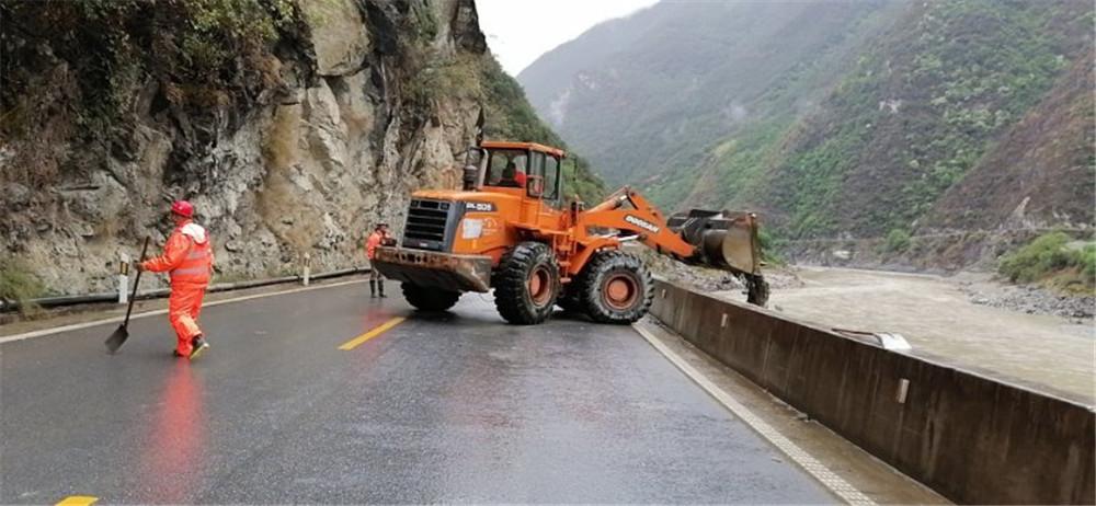 我州迎来连续降水天气州公路局及时组织人员进行清理