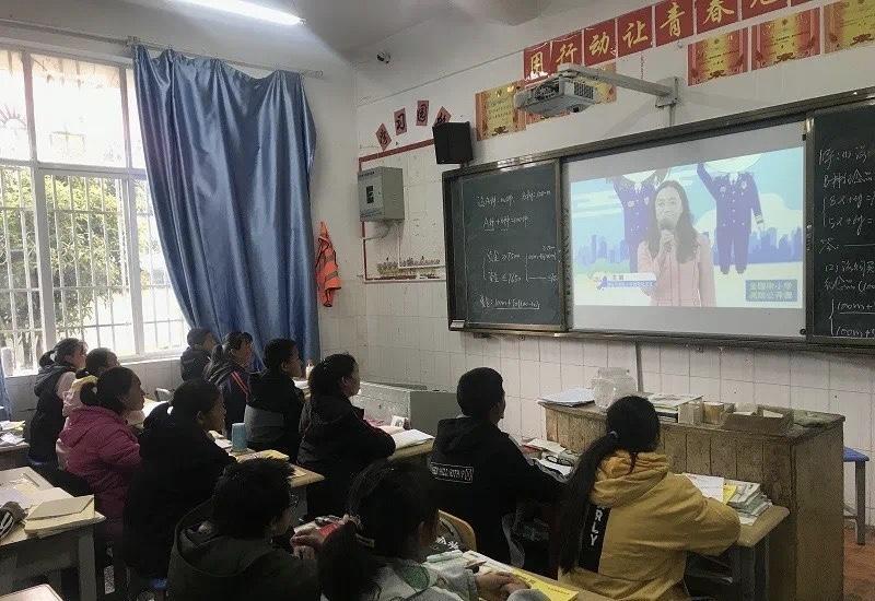 维西县各学校收看网络直播消防公开课