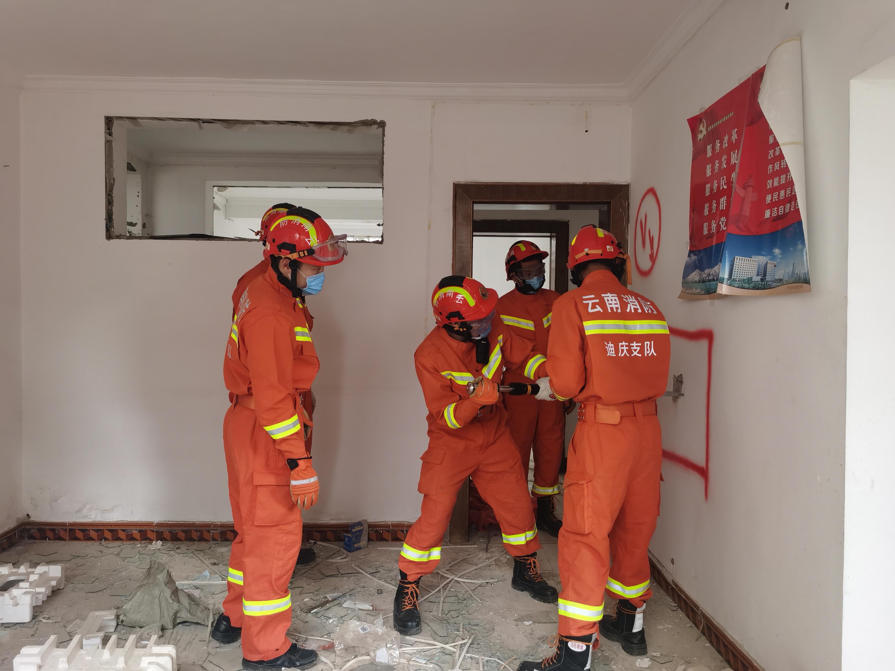 维西县应急管理局联合消防救援大队开展地震救援演练