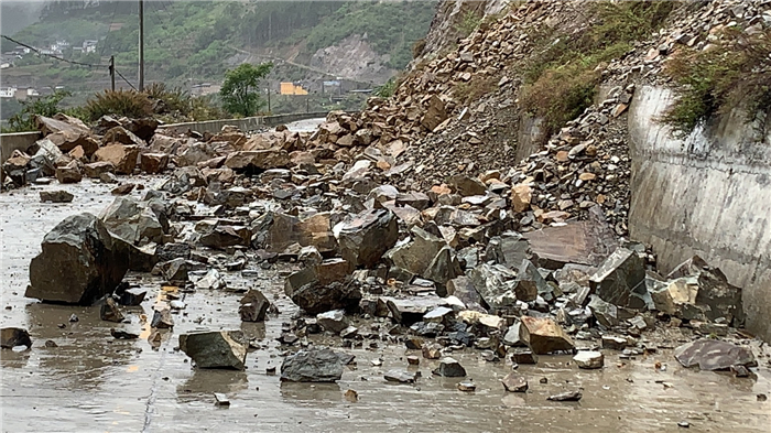 受持续降雨影响维西多条道路发生塌方