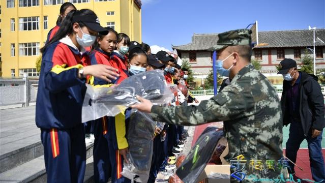"""迪庆支队""""六一""""儿童节前走访慰问驻地学校"""