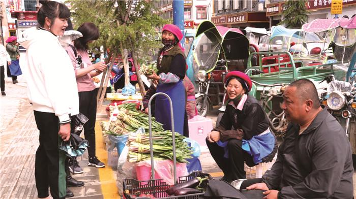 香格里拉市东旺路农特产品摊点人气旺