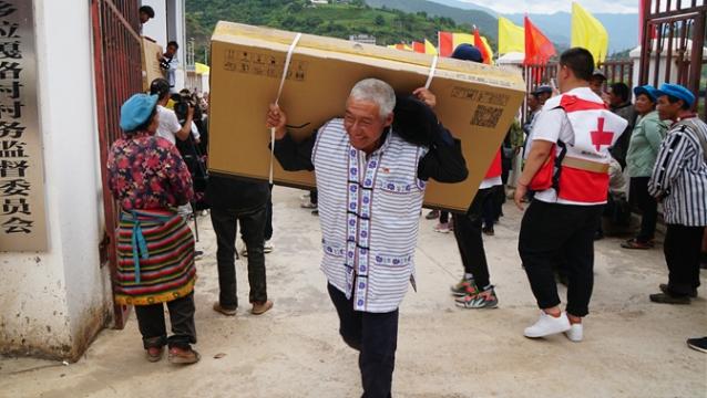 迪庆有色金属公司向拉嘎洛捐赠电视机